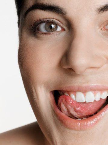 Dişlerin temizliği önemli!  Ruj sürdüğünüzde, özellikle de koyu renk bir rujsa, dişleriniz normalde olduğundan daha çok dikkat çeker. Bu yüzden dişleriniz mutlaka bakımlı ve temiz olmalıdır.
